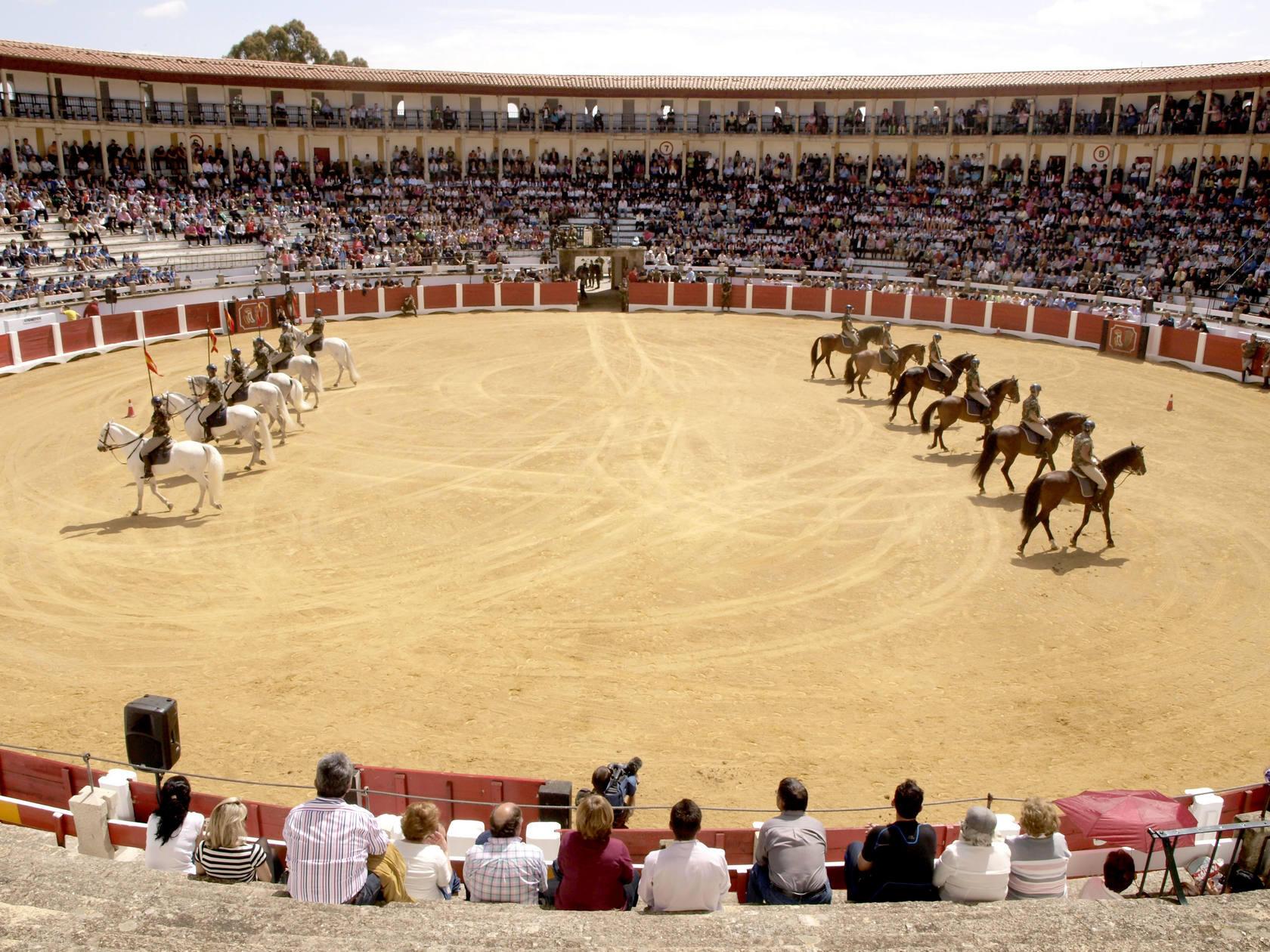 Exhibición de la Guardia Real en la plaza de toros de Cáceres