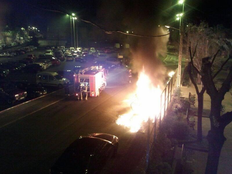 El incendio de dos contenedores quema totalmente un turismo en Plasencia