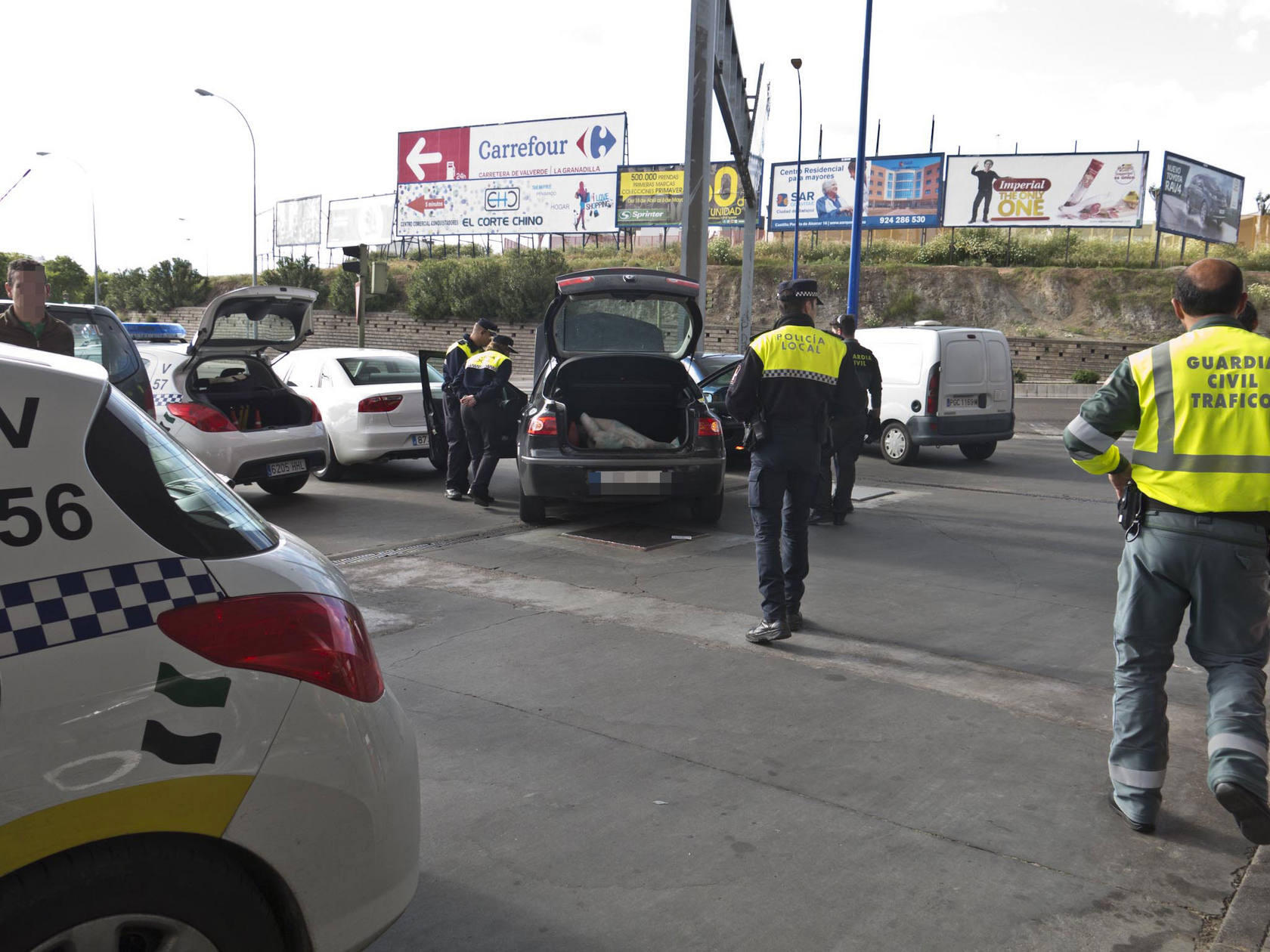 Gran dispositivo policial para registrar un coche junto al puente del Rivillas