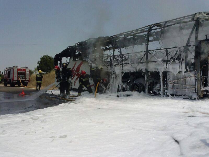 Un autobús arde en la autovía A-5, cerca de Badajoz
