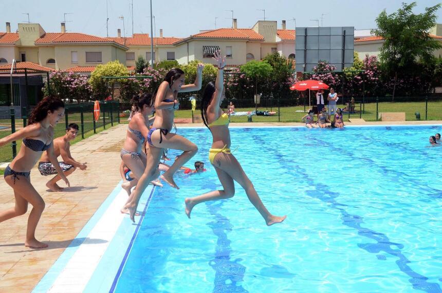 Primer bao del verano en las piscinas municipales de mrida for Fotos follando en la piscina