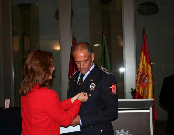 El jefe de la polic a local de castuera recibe la medalla - Jefatura provincial de trafico de badajoz ...