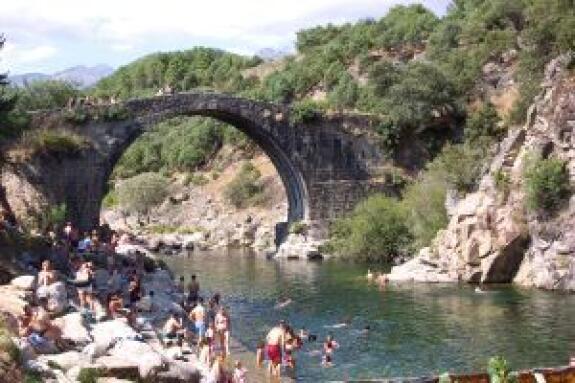 La comarca de la vera cuenta con 11 piscinas naturales for Restaurantes con piscina en la sierra de madrid