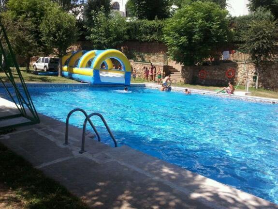 Vac an por la mitad la piscina municipal de calera de le n for Piscina cuadros leon