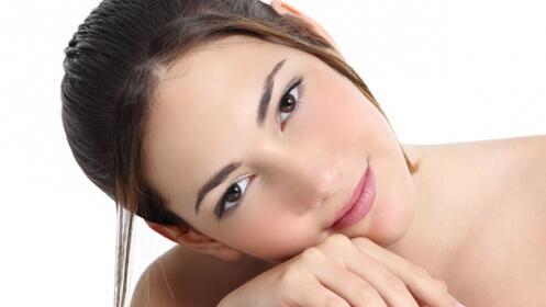 Limpieza e hidratación en rostro y cuello con ácido hialurónico.