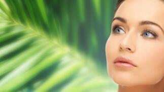 Hidratación en rostro y cuello con ácido hialurónico.