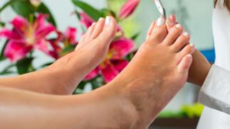 Sesión completa de quiropodia, tratamiento dermatológico de los pies