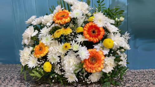 Centro floral para el día de Todos los Santos